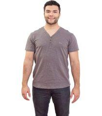 camiseta 4as manga curta gola v flam㪠com botãµes - cinza - masculino - dafiti