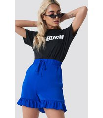 na-kd shirred waist frill shorts - blue