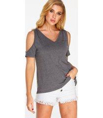 camiseta gris de manga corta con hombros descubiertos y corte