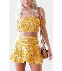 conjunto de top corto con hombros descubiertos y estampado floral al azar y falda con lazo en amarillo