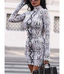 piel de serpiente gris alta cuello mangas largas vestido