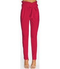 pantalones rojos con adornos de lazo