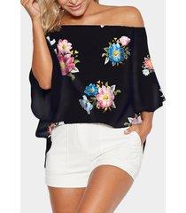 blusa negra con abertura en los hombros y estampado floral al azar