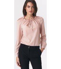 różowa bluzka z dziewczęcym wiązaniem