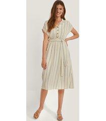 trendyol klänning med bälte - multicolor