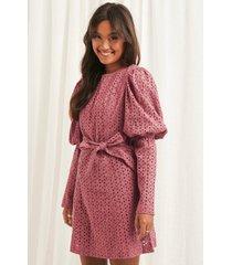 na-kd boho anglaise ls mini dress - pink