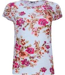 camiseta fondo azul flores rosas
