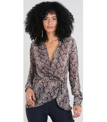camisa feminina transpassada estampada animal print manga longa decote v marrom
