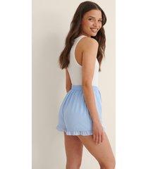 anna briand x na-kd shorts med volang - blue