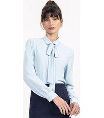 camisa azul claro com gola laço