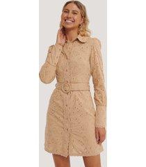 na-kd boho anglaise collar mini dress - beige