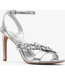 mk sandali tricia in pelle metallizzata con applicazioni floreali - argento (argento) - michael kors