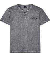 t-shirt med farfarskrage och tvättad look