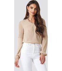 na-kd boho frill neck shirred part blouse - beige