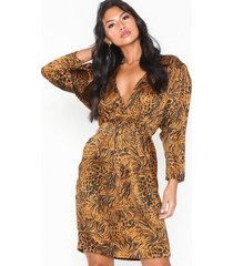 nly eve drapy front dress loose fit