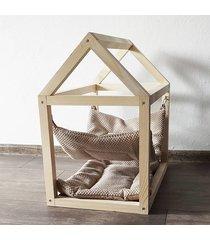 sosnowy domek dla kota a poduszką i hamakiem