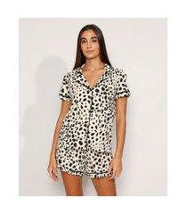 pijama feminino camisa manga curta estampado animal print guepardo com vivo contrastante bege claro