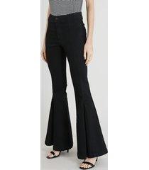 calça jeans feminina flare com pregas na barra azul escuro