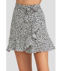 falda con dobladillo con volantes de lunares blancos