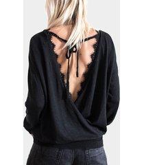camiseta negra con ribete de encaje y espalda cruzada