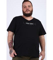 "camiseta masculina plus size ""new york"" manga curta gola v preta"