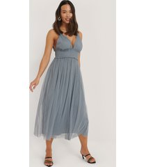 na-kd party v-neck tulle midi dress - blue