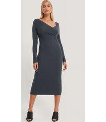 na-kd trend klänning med vridet framstycke - grey