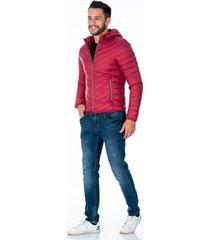 chaqueta vinotinto para hombre acolchada con capota removible cremalleras plateadas