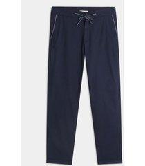 pantalon jogger en plano, pretina ajustable y guardapolvo