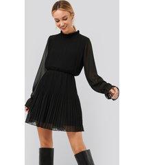 na-kd plisserad klänning med elastisk midja - black