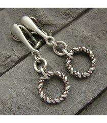 srebrne oksydowane klipsy z ozdobnymi wiankami
