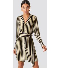 na-kd classic tied waist striped dress - beige
