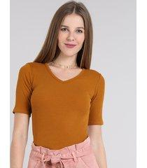 blusa feminina básica canelada manga curta decote v caramelo