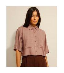 camisa cropped de viscose com bolsos manga curta marrom