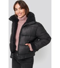 hannalicious x na-kd faux fur detailed puffer jacket - black