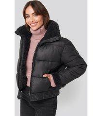 hannalicious x na-kd faux fur detailed puffer jacket - black