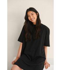 na-kd trend ekologisk t-shirtklänning med axelvaddar - black