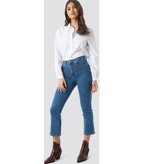 na-kd trend mid rise cropped flared jeans - blue