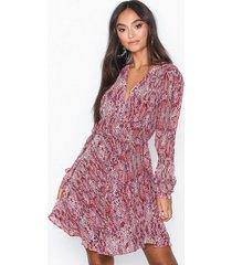 glamorous long sleeve flounce snakeskin dress långärmade klänningar