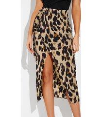 falda con dobladillo con cinturón y leopardo beige