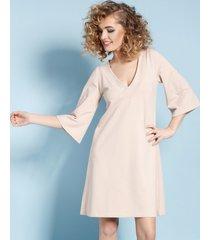 sukienka z rozszerzanymi rękawami nude