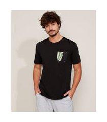 camiseta masculina bolsinho estampado folhagem manga curta gola careca preta