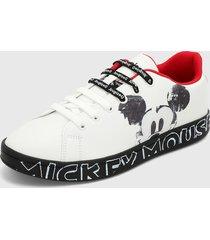 tenis blanco-negro-rojo desigual
