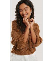 na-kd trend stickad tröja med vågigt mönster - brown