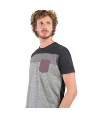 camiseta taco estampada com bolso grafite masculina