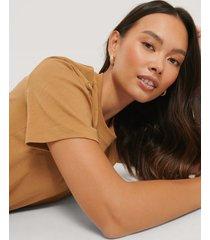 na-kd basic bas-t-shirt - brown
