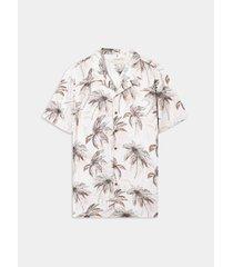 camisa resort con estampado tropical