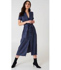 na-kd boho tie waist jacquard satin dress - blue