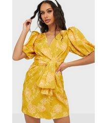 forever new puff sleeve dress klänningar
