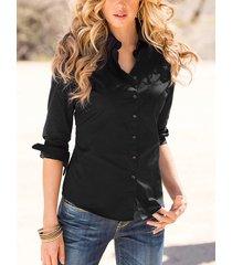 blusa negra con botones en la parte delantera del cuello